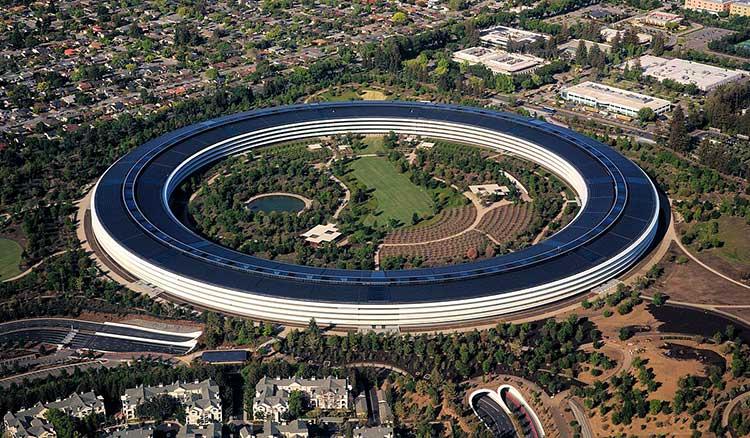 Vista aérea de la sede de Apple en California. El edificio es una anillo enorme con una zona verde gigante en el centro. Pero en este artículo hablaremos del SAR de los iPhone.