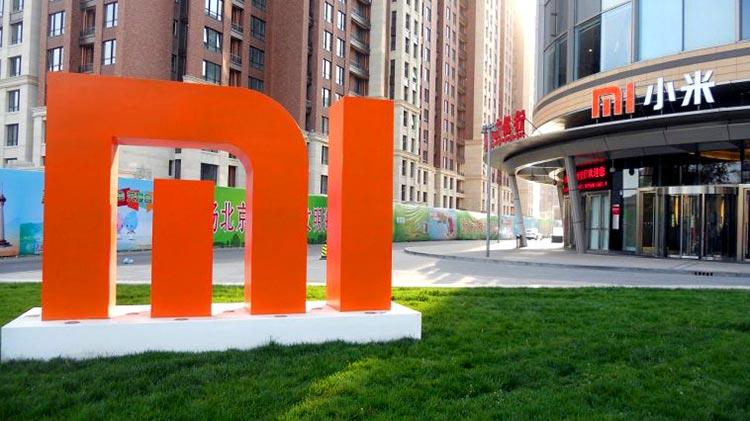 Oficinas de Xiaomi en China con una escultura del logo MI en el jardín frontal. Hablamos del SAR de los teléfonos Xiaomi.